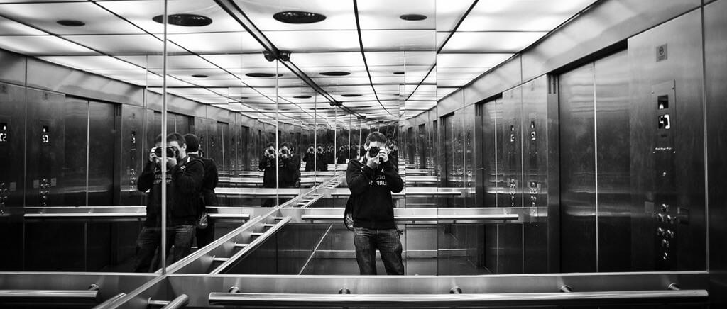 En ascensores pequeños suele haber unespejo paradar una sensacióndeamplitud