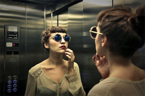 Por qué hay espejos en los elevadores